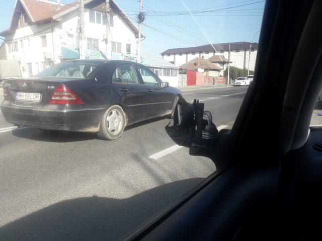 mașina lovită în parcare